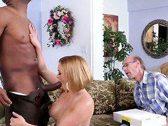 порно муж делится женой с друзьями